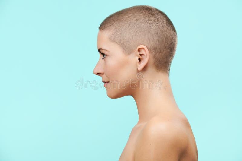 Härlig mitt- 30-talkvinna med den rakade ståenden för huvudstudioprofil Modell med ljust näckt smink arkivfoton