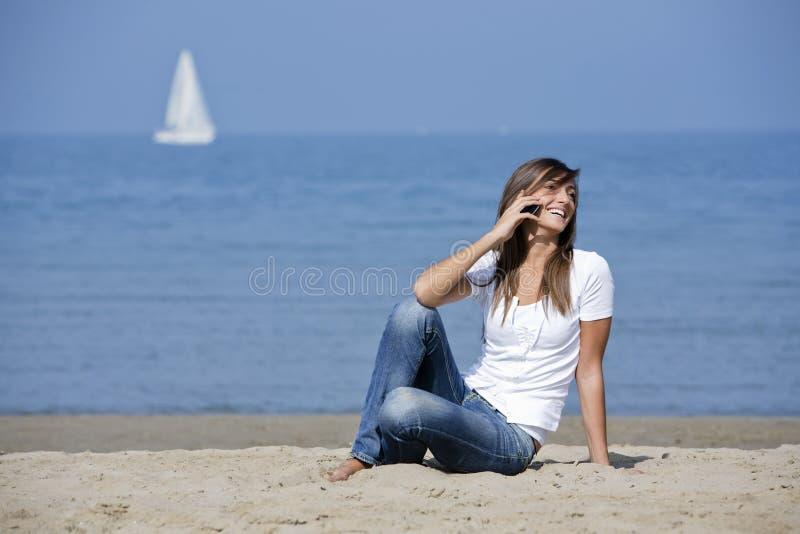 härlig mobil telefonkvinna för strand royaltyfria bilder