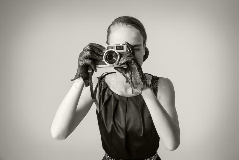 Härlig modeflicka med klassisk tappningstil arkivbilder