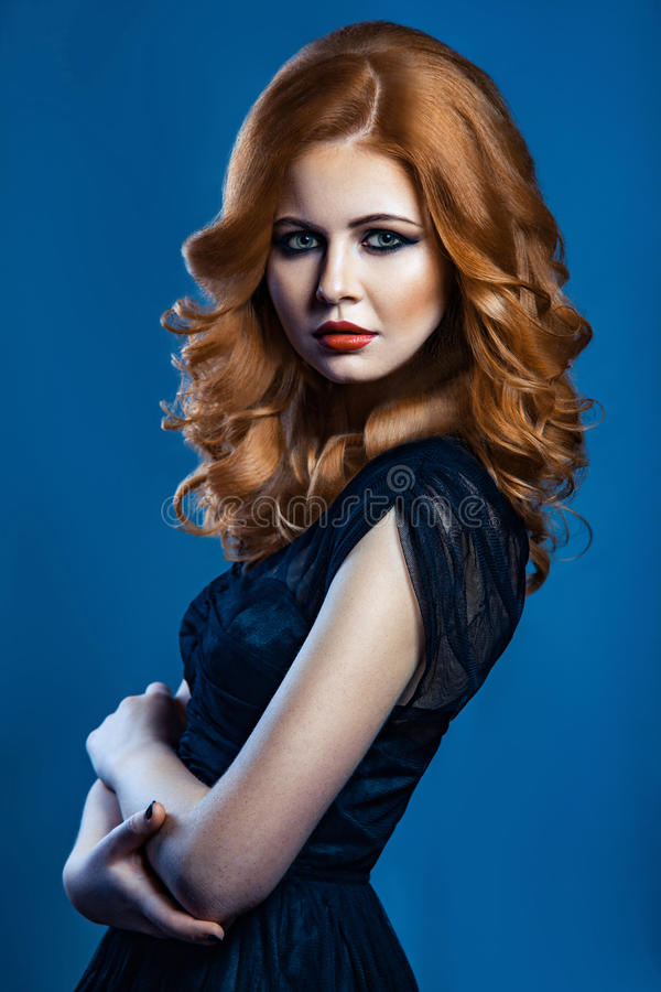 Härlig modeflicka med långt krabbt rött brunt hår blond modell med den lockiga frisyren och trendig rökig makeup royaltyfria foton