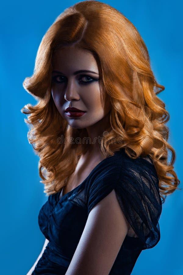 Härlig modeflicka med långt krabbt rött brunt hår blond modell med den lockiga frisyren och trendig rökig makeup royaltyfri foto