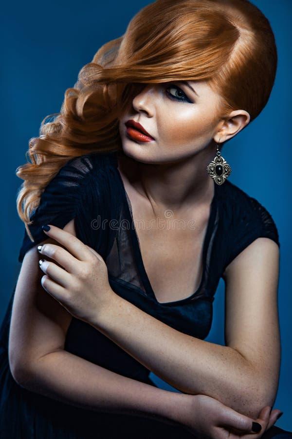 Härlig modeflicka med långt krabbt rött brunt hår blond modell med den lockiga frisyren och trendig rökig makeup arkivfoton