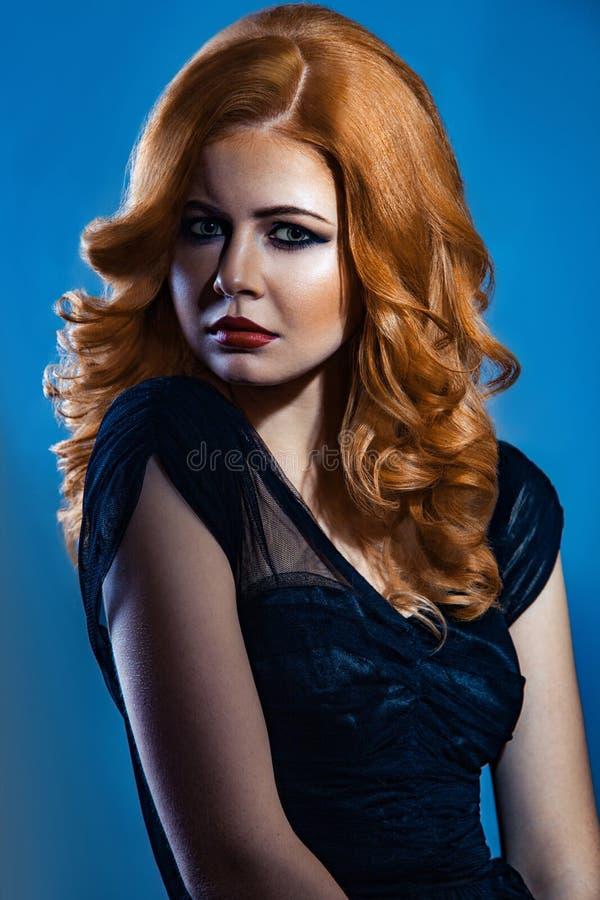 Härlig modeflicka med långt krabbt rött brunt hår blond modell med den lockiga frisyren och trendig rökig makeup royaltyfri fotografi