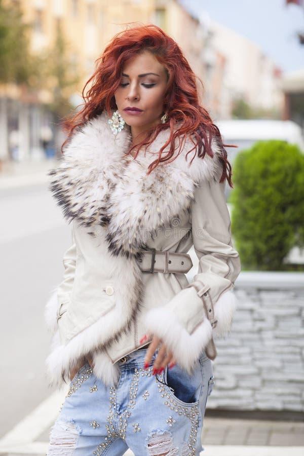Härlig modekvinna i pälslag arkivfoton