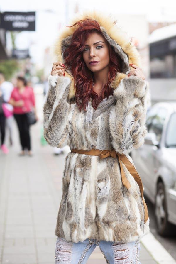 Härlig modekvinna i pälslag royaltyfria foton