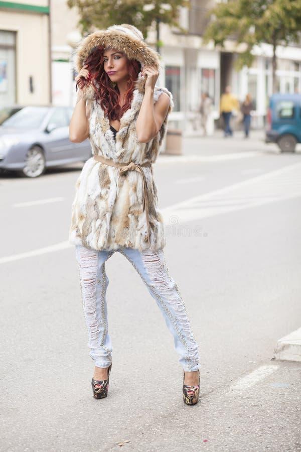 Härlig modekvinna i pälslag royaltyfria bilder
