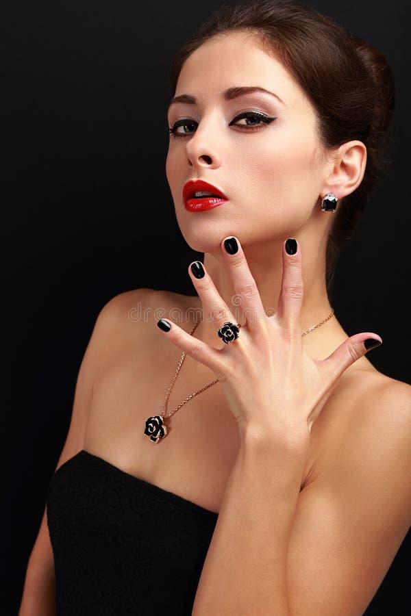Härlig modekvinna med smyckentillbehör och den moderna svarta fingernageln arkivfoton