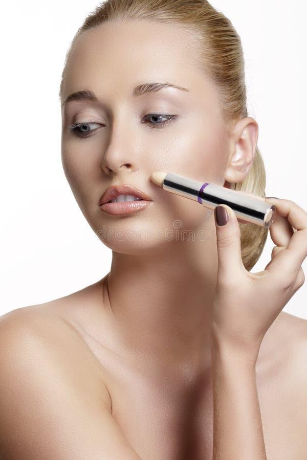 Härlig modell för ung kvinna med perfekt tonad hud concealer royaltyfria bilder