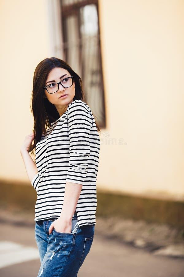 Härlig modell i en randig tröja arkivfoto