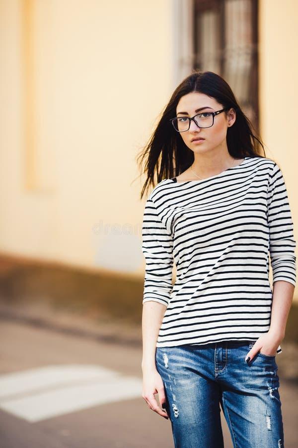 Härlig modell i en randig tröja arkivbild