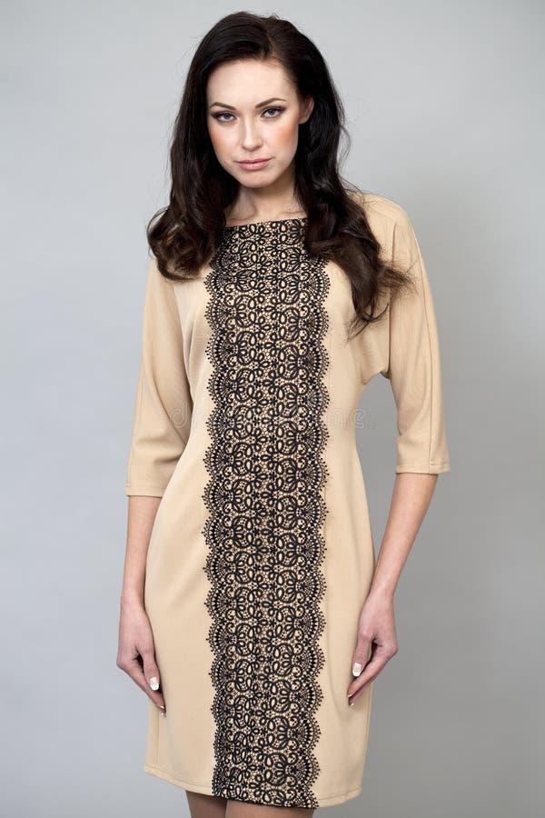 Download Härlig Modell I Modeklänning Fotografering för Bildbyråer - Bild av kappa, ursnyggt: 37346093