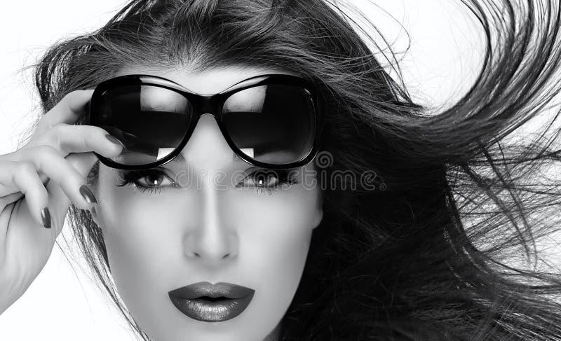 Härlig modell i modesolglasögon Monokrom Closeup Portra royaltyfri fotografi