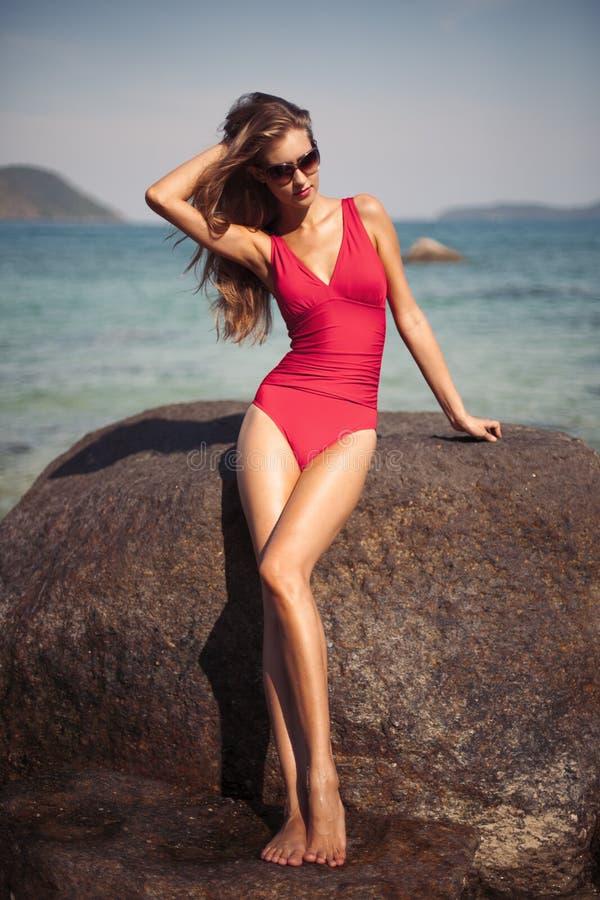 Härlig modell i röd baddräkt royaltyfri foto