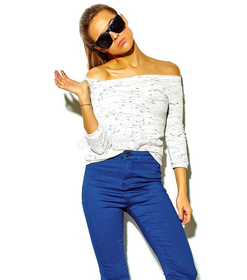 Härlig modell i stilfull kläder för sommar i studio arkivfoton