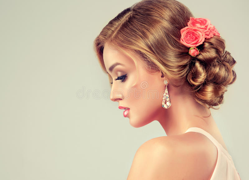 Härlig modell med den eleganta bröllopfrisyren arkivfoto