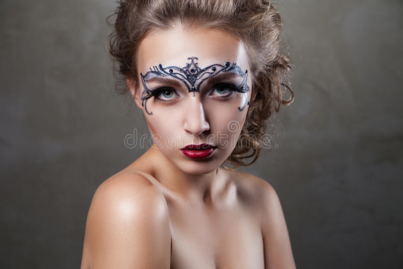 Härlig modell med framsidakonst som ser kameran fotografering för bildbyråer
