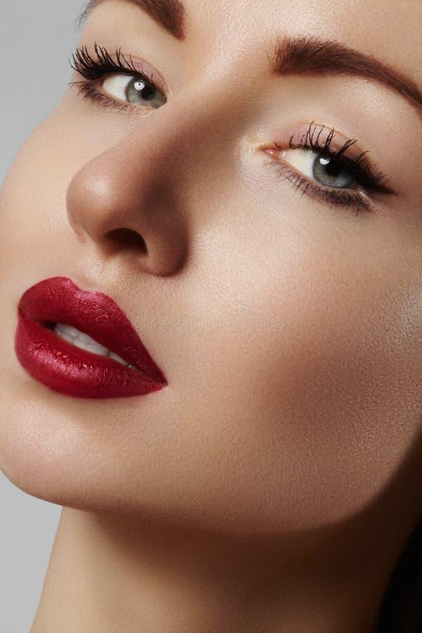 Härlig modell med modesmink Sexig kvinna för närbildstående med makeup för glamourkantglans och ljusa ögonskuggor royaltyfri fotografi