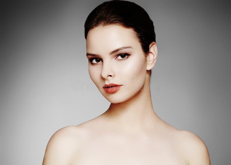 Härlig modell med modesmink Sexig kvinna för närbildstående med makeup för glamourkantglans och ljusa ögonskuggor royaltyfria foton