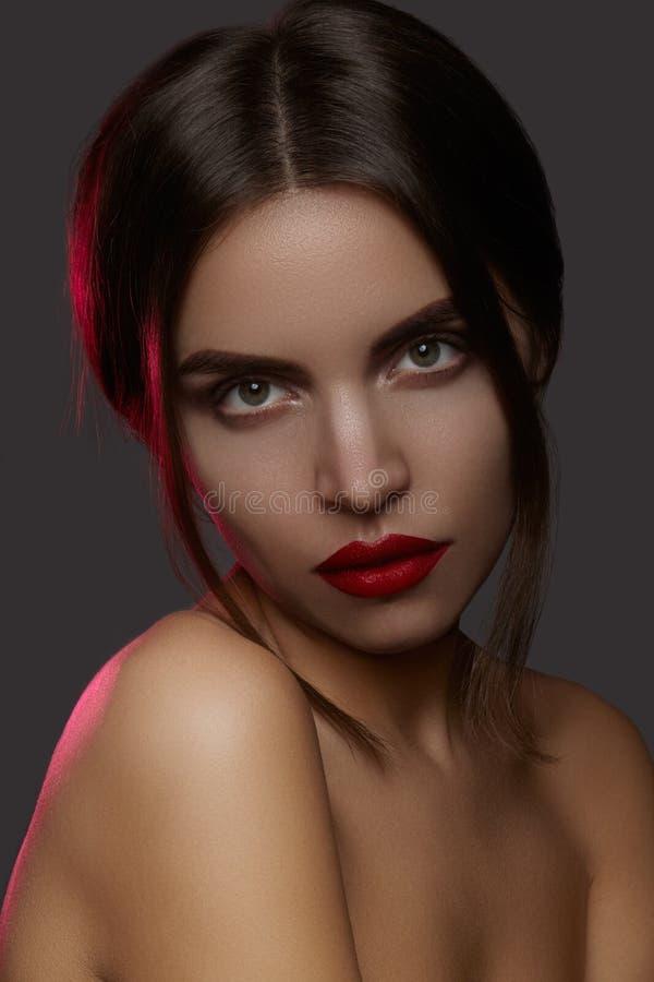 Härlig modell med modesmink Sexig kvinna för närbildstående med makeup för glamourkantglans och ljusa ögonskuggor fotografering för bildbyråer