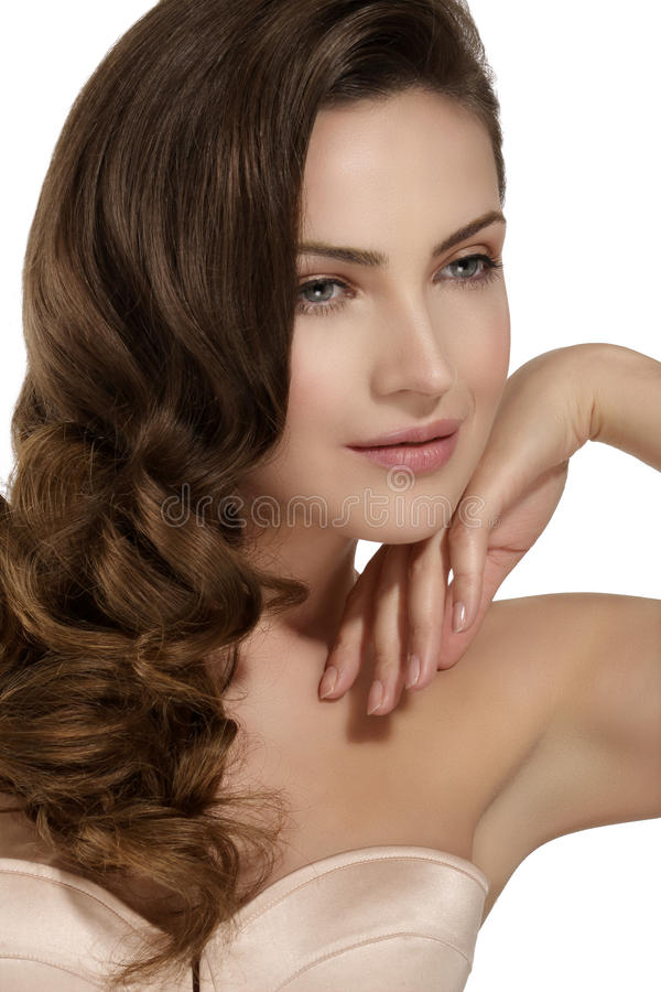 Härlig modell som visar sunt brunt krabbt hår royaltyfria bilder