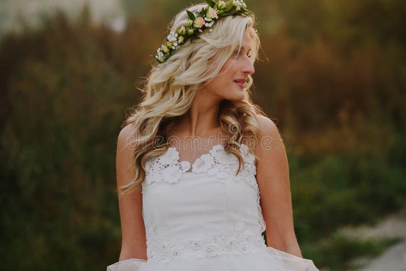 Härlig modellflicka i en vit bröllopsklänning arkivbilder