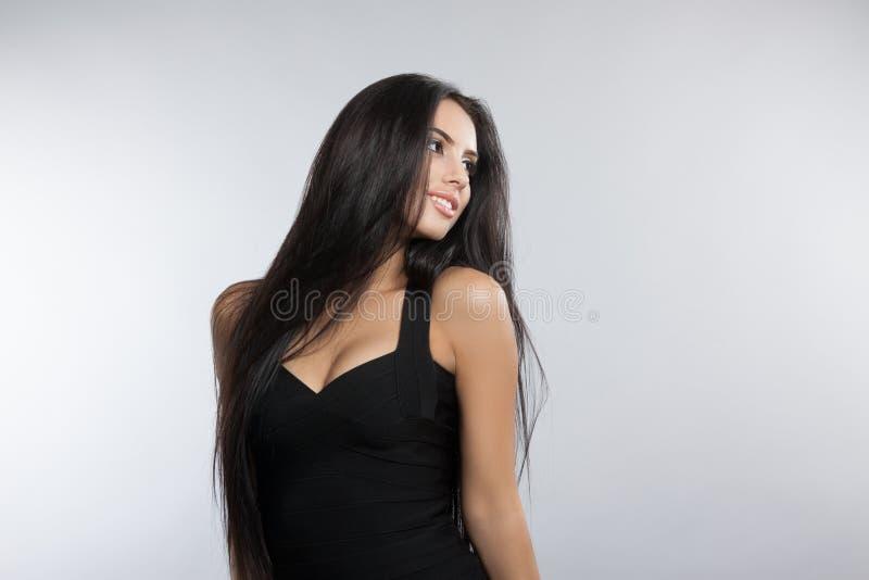 Härlig modellflicka med slätt mörkt hår arkivbilder