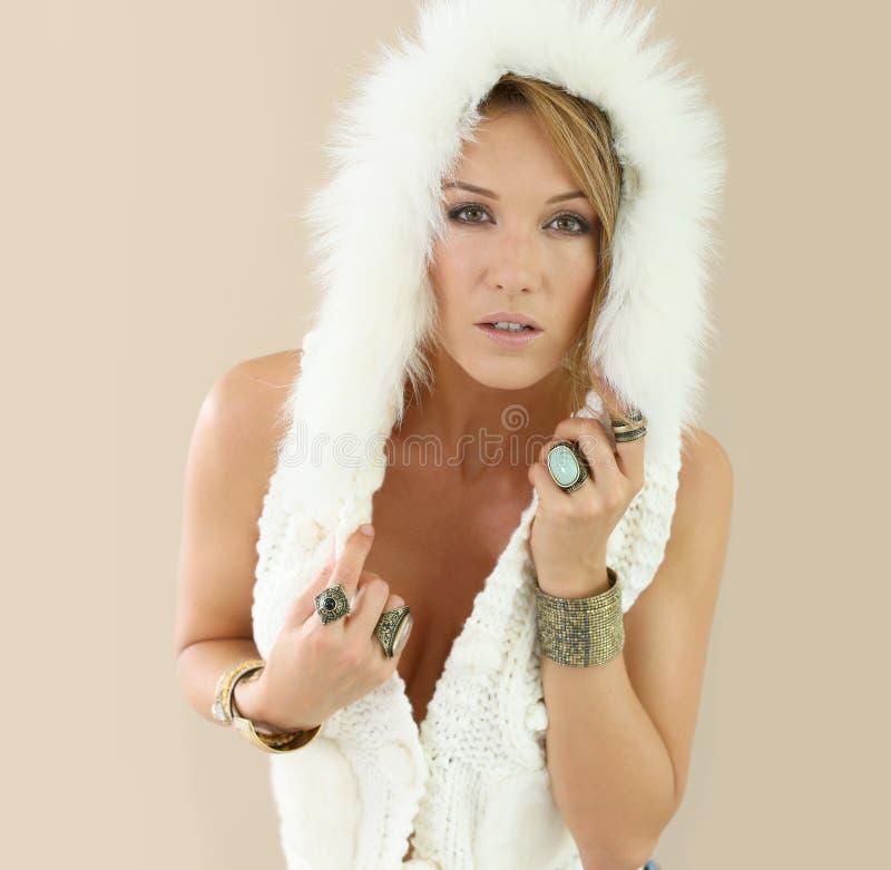 Härlig modellkvinna i woolen omslag royaltyfria bilder