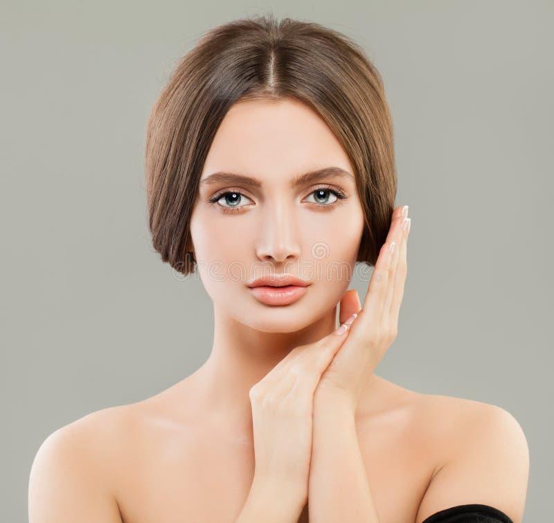 Härlig modellkvinna med klar hud, skincare och ansikts- behandlingbegrepp arkivbild