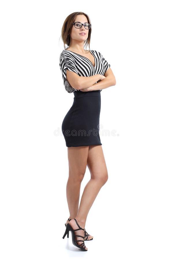 Härlig modellkvinna som poserar att stå med vikta armar som bär en klänning arkivbilder