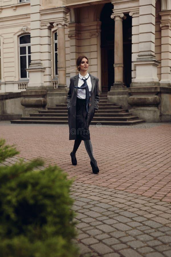 Härlig modemodell In Fashionable Clothing på gatan arkivbilder