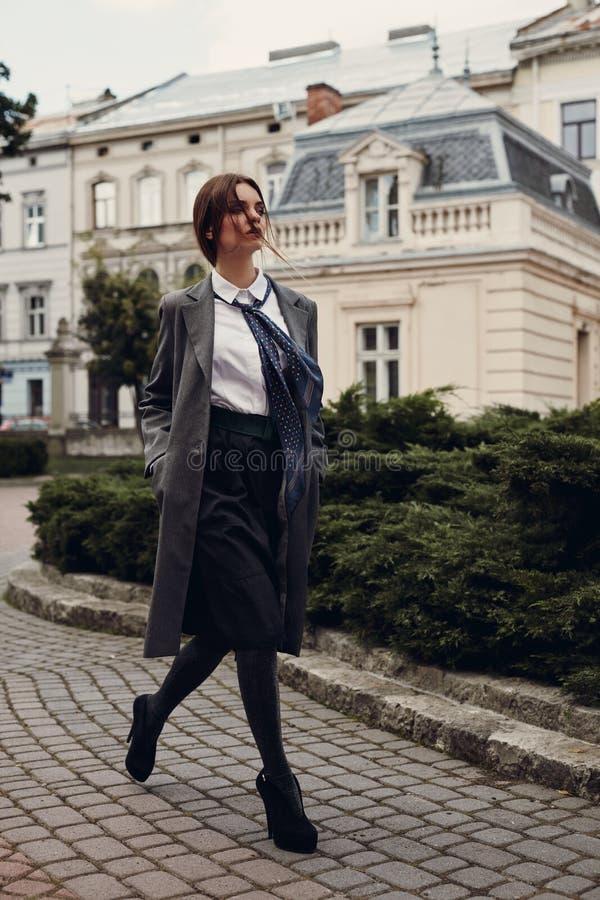 Härlig modemodell In Fashionable Clothing på gatan arkivfoto