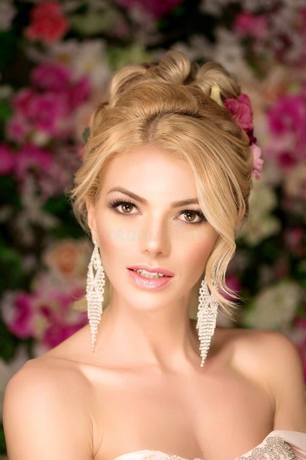 härlig modemodell sinnlig brud Kvinna med bröllopsklänningen fotografering för bildbyråer