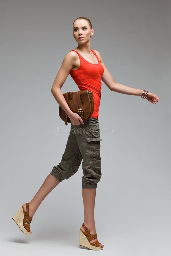 Härlig modemodell som poserar i höga häl royaltyfri fotografi