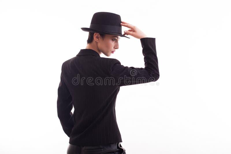 Härlig modemodell som poserar i studio över vit bakgrund med den retro hatten arkivfoton