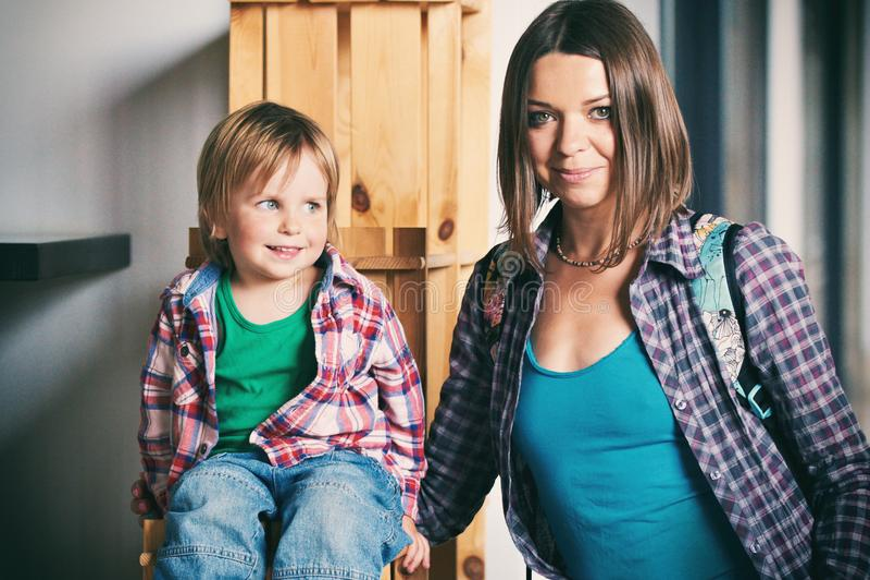 Härlig moder med hennes gulliga son royaltyfri fotografi
