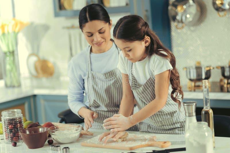 Härlig moder och barn som bakar en kaka arkivfoto