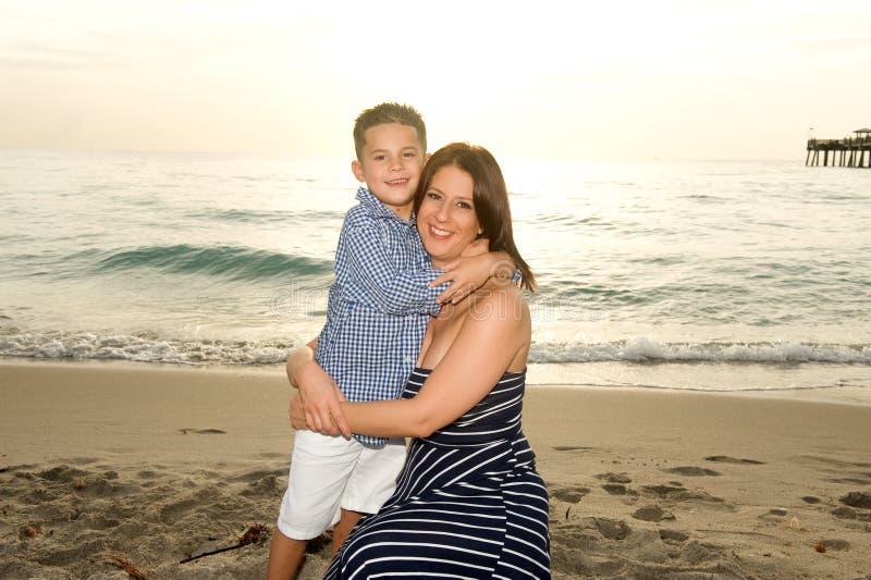 Härlig moder och son arkivfoton