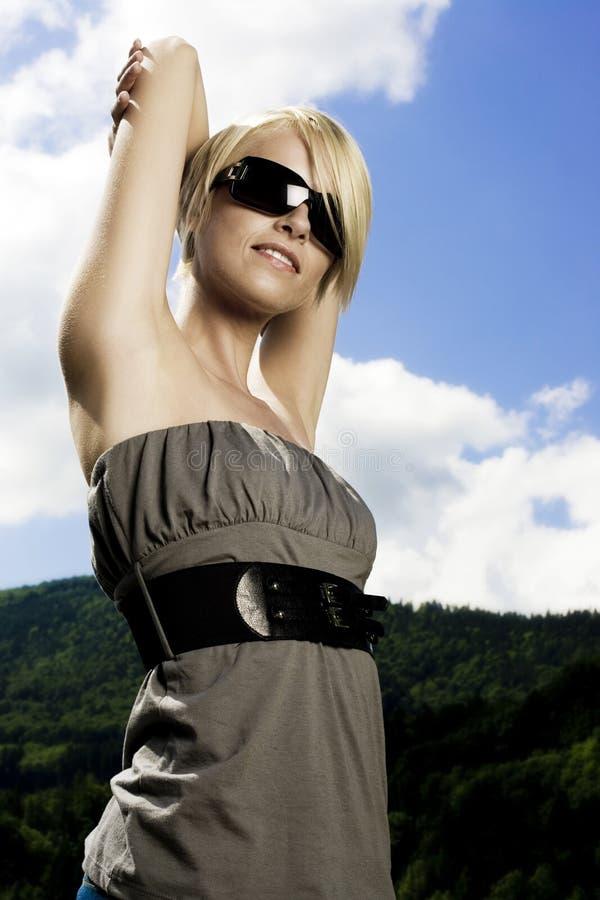 Härlig moderiktig kvinna i modern solglasögon arkivfoto