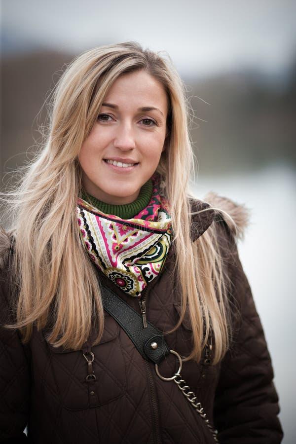 Härlig moderiktig kvinna i vintermode royaltyfri bild