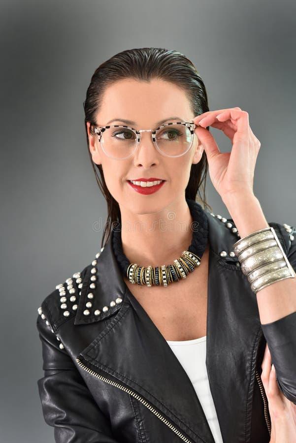 Härlig moderiktig kvinna med trendig kläder och tillbehör arkivfoton