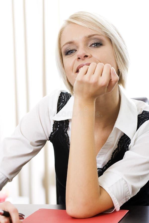 Härlig moderiktig ung kvinna arkivfoton