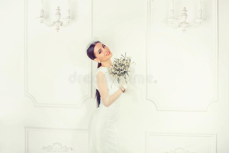 Härlig modern brud med buketten arkivfoto