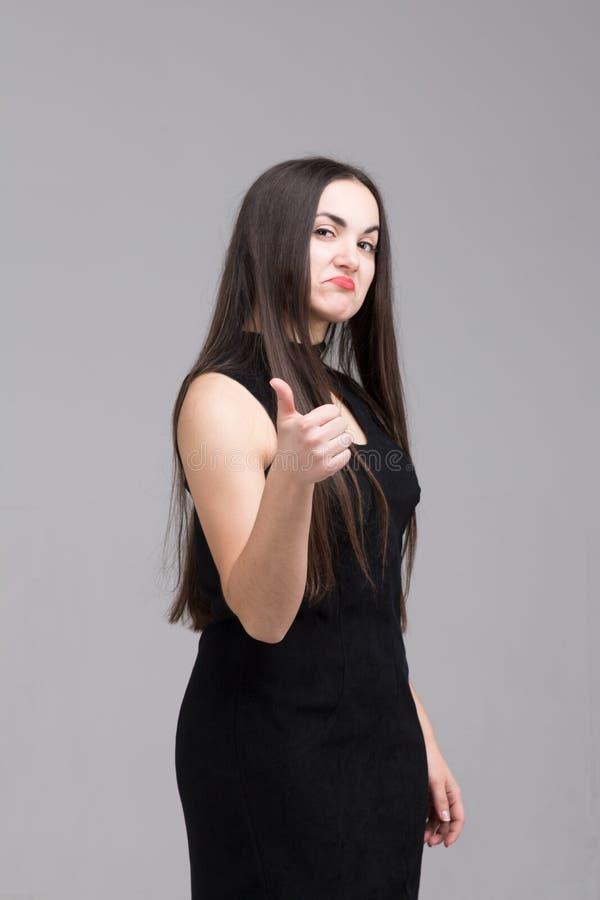 Härlig modern kvinna med lång hårshowgrupp Kopia av utrymme royaltyfri bild