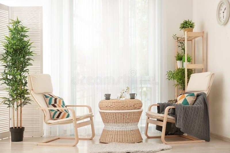 Härlig modern veranda med hemtrevliga fåtöljer royaltyfri foto