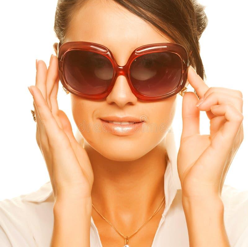 härlig modesolglasögon som slitage kvinnan arkivbilder