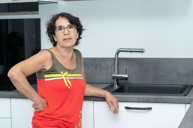Härlig mogen kvinna i köket royaltyfri fotografi