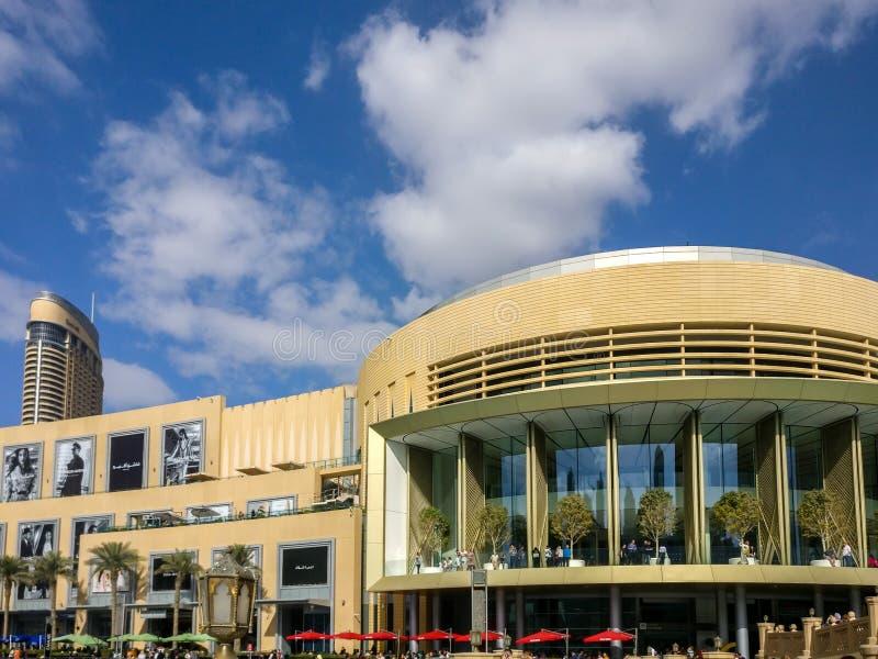 Härlig molnig dag och blå himmel utanför den Dubai gallerian arkivfoto