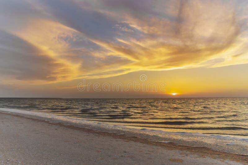 Härlig molnig himmel över ett lugna hav, gryning royaltyfria foton