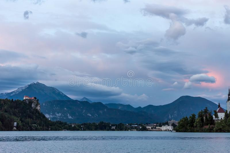 Härlig molnig himmel för fantastiskt aftonlandskap arkivfoto