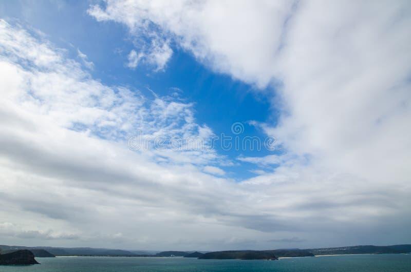 Härlig molnig himmel med det mörka havet på Palm Beach, Sydney, Australien royaltyfri bild